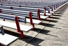File dei banchi all'aperto Fotografia Stock Libera da Diritti