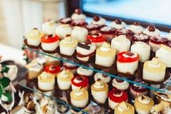 File dei dolci italiani del mignon su un supporto di vetro Fotografia Stock Libera da Diritti