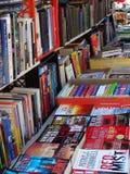 File dei libri che sono venduti ad un mercato delle pulci Fotografie Stock