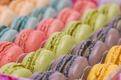 File dei macarons francesi variopinti con profondità di campo bassa Fotografia Stock