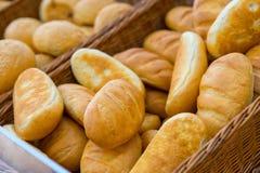 File dei pani di recente al forno fotografia stock