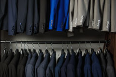 File dei rivestimenti del vestito del ` s degli uomini nel centro commerciale Fotografia Stock