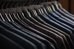 File dei rivestimenti del vestito del ` s degli uomini nel suitshop Fotografie Stock Libere da Diritti
