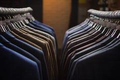 File dei rivestimenti del vestito del ` s degli uomini nel suitshop Fotografia Stock