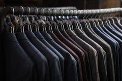 File dei rivestimenti del vestito del ` s degli uomini nel suitshop Immagini Stock