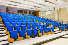 File dei sedili blu nel corridoio di conferenza Immagine Stock