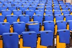 File dei sedili blu nel corridoio di conferenza Fotografie Stock