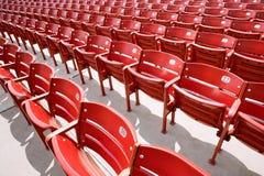 File dei sedili rossi del pubblico Immagine Stock