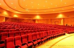 File dei sedili rossi del teatro Immagine Stock