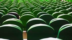 File dei sedili in uno stadio di football americano video d archivio