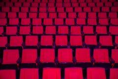 File dei sedili vuoti del teatro Fotografie Stock