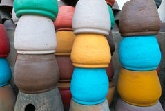 File dei vasi variopinti visualizzati nel mercato del turista di Ubud Bali, dentro Immagini Stock