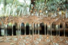 File dei vetri di vino vuoti sulla tavola Fotografie Stock Libere da Diritti