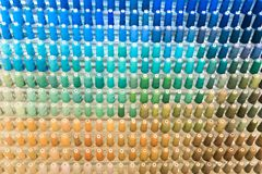 File del fondo multicolore del primo piano del fondo dei filati cucirini immagine stock libera da diritti