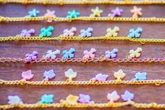 File della catena dorata del braccialetto con i pendenti svegli da vendere nel negozio di gioielli Le catene fatte a mano dorate  Fotografie Stock Libere da Diritti