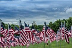 File delle bandiere americane con le nuvole Fotografie Stock Libere da Diritti