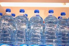 File delle bottiglie di acqua nel mercato Fotografia Stock Libera da Diritti