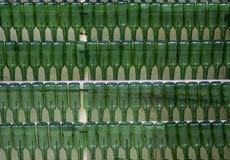 File delle bottiglie verdi vuote Immagini Stock Libere da Diritti