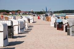File delle capanne della sedia sulla spiaggia in Warnemund, Germania immagini stock libere da diritti