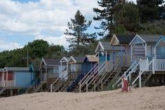 File delle capanne della spiaggia che allineano la spiaggia in Norfolk Fotografia Stock Libera da Diritti