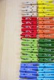 File delle mollette da bucato colorate Fotografia Stock Libera da Diritti