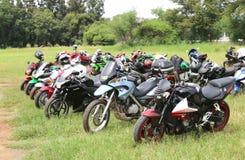 File delle motociclette parcheggiate colourful su erba verde Fotografie Stock Libere da Diritti