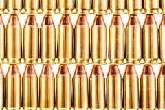 File delle munizioni della pistola su bianco Immagini Stock