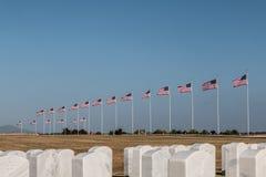 File delle pietre tombali e delle bandiere al cimitero nazionale di Miramar Fotografia Stock