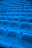 File delle poltrone blu in corridoio vuoto Fotografia Stock