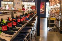File delle scarpe da vendere in un deposito del ` s dello Sketcher fotografia stock libera da diritti