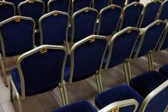 File delle sedie blu con i numeri fotografia stock