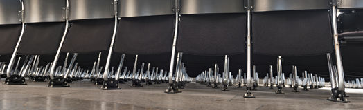 File delle sedie moderne nere vuote in una stanza Immagini Stock Libere da Diritti