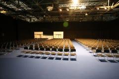File delle sedie senza fine in una sala per conferenze moderna Fotografia Stock