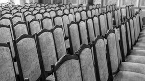 File delle sedie vuote nella sala fotografia stock