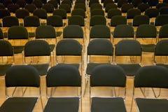 File delle sedie vuote in un corridoio di seminario Fotografia Stock