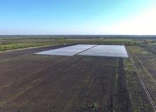 File delle serre trasparenti nel campo Verdure crescenti in una terra chiusa Serre nel campo Fotografia Stock Libera da Diritti