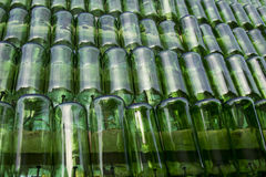 File di attaccatura delle bottiglie verdi vuote Riciclaggio del concetto Fotografia Stock