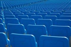 File di disposizione dei posti a sedere nel blu Fotografie Stock