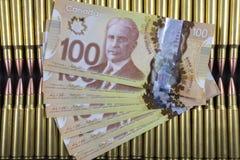 File di munizioni con soldi canadesi sulla cima Fotografia Stock