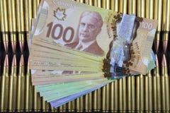 File di munizioni con soldi canadesi sulla cima Fotografia Stock Libera da Diritti