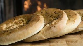 File di pane fresco che si trovano sulla tavola archivi video
