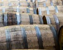 File di vecchi barilotti di Bourbon immagini stock libere da diritti