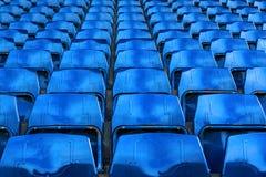 File di vecchi sedili d'acciaio blu in stadio di football americano Immagine Stock Libera da Diritti