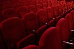 File vuote dei sedili rossi di film o del teatro, vista laterale Immagini Stock