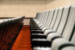 File vuote del cinema o del teatro comodo dei sedili fotografia stock