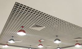 fileira ajustada clara bonita do teto interior projetado fotos de stock