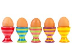 Fileira colorida com os ovos em uns copos Foto de Stock Royalty Free