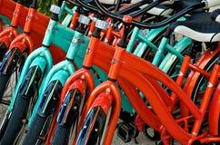 Fileira colorida de bicicletas alugado Imagem de Stock