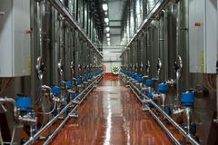 Fileira da cisterna moderna para o armazenamento do vinho Imagem de Stock