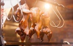 Fileira da galinha grelhada no festival da rua fotografia de stock